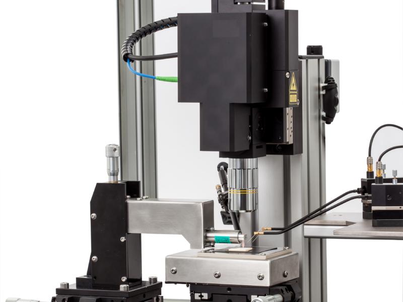 Mikroskop und Positioniersysteme für Probe und Kraftaufnahme